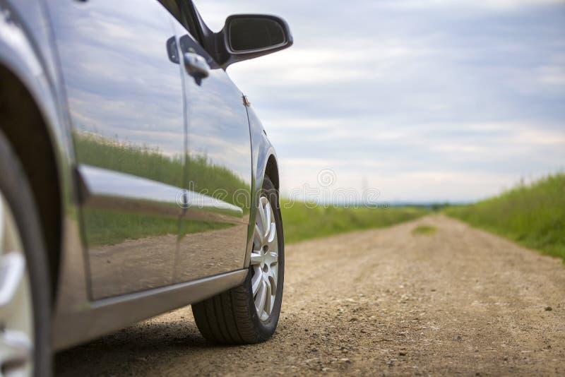 Detalle del primer de la pieza del coche, de ruedas con el disco de aluminio y del protector negro del neumático de goma en fondo fotos de archivo