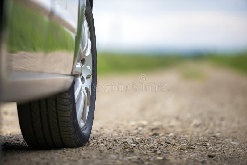 Detalle del primer de la pieza del coche, de ruedas con el disco de aluminio y del protector negro del neumático de goma en fondo fotos de archivo libres de regalías