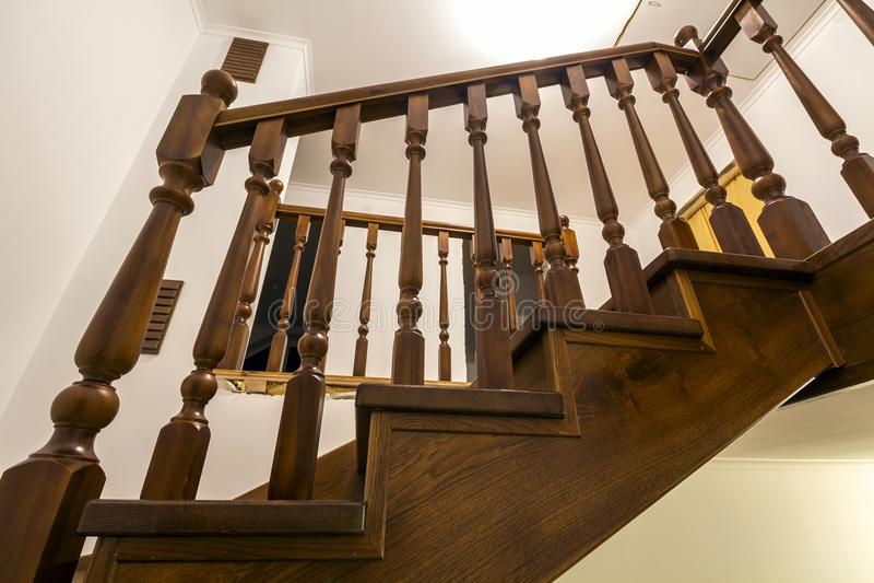 Detalle Del Primer De Las Escaleras De Madera Marrones Del Roble En ...