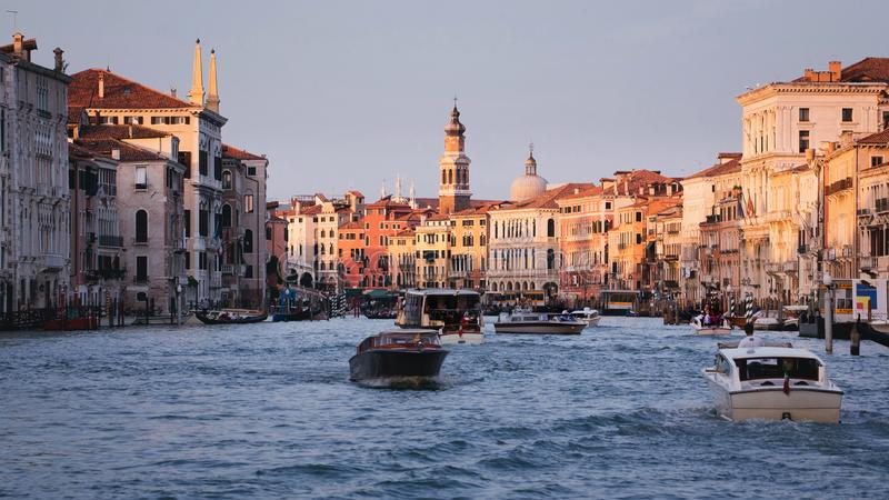 Detalle del puente de la capilla en Alfalfa, SwissGondolas y barcos en Grand Canal Venecia, las TIC imagen de archivo libre de regalías