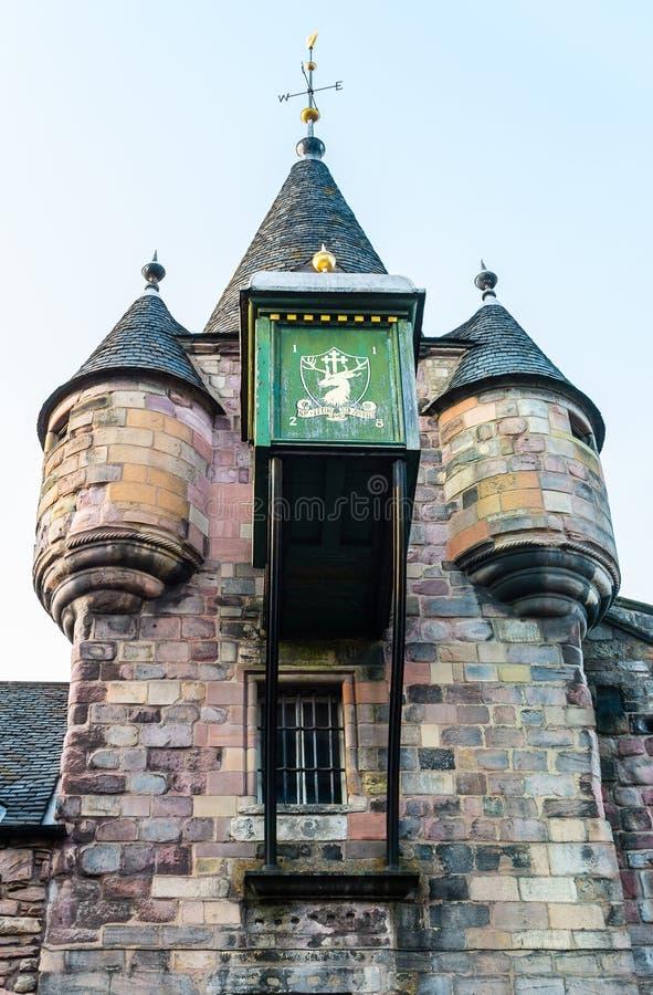Detalle del reloj encima del edificio de Canongate Tolbooth en Edinburg imagen de archivo