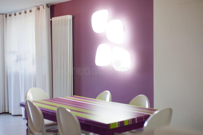 Detalle del sitio dinning con la tabla y las sillas coloridas fotos de archivo libres de regalías