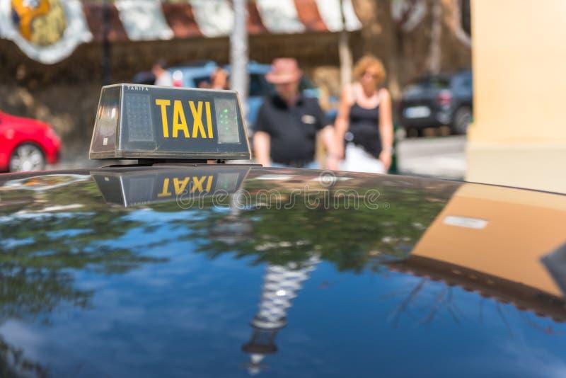 Detalle del taxi con reflexiones del edificio foto de archivo libre de regalías