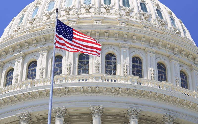 Detalle del tejado del capitolio con la bandera americana que agita, Washington DC foto de archivo
