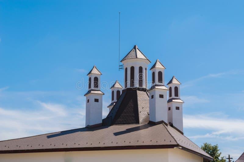 Detalle del tejado con las torrecillas miniatura y con la protección de la huelga de la iluminación instalado imagen de archivo libre de regalías