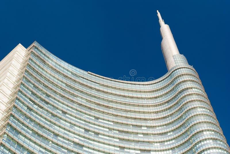 Detalle del top de un rascacielos en Milán fotos de archivo