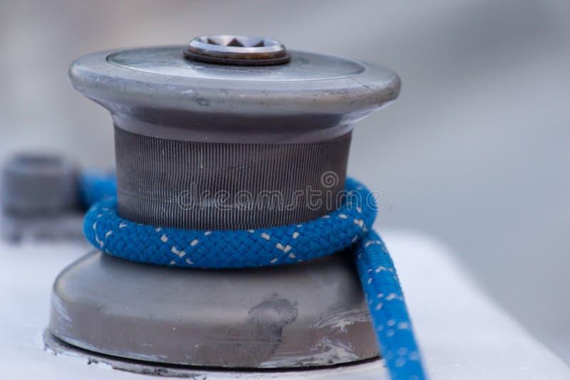 Detalle del torno del barco de vela y del yate de la cuerda yachting imagen de archivo libre de regalías