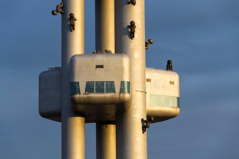 Detalle del transmisor de la torre de la televisión de Zizkov durante puesta del sol en Praga, República Checa fotos de archivo