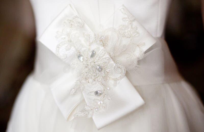 Detalle del vestido de boda - arco de seda blanco imagen de archivo libre de regalías