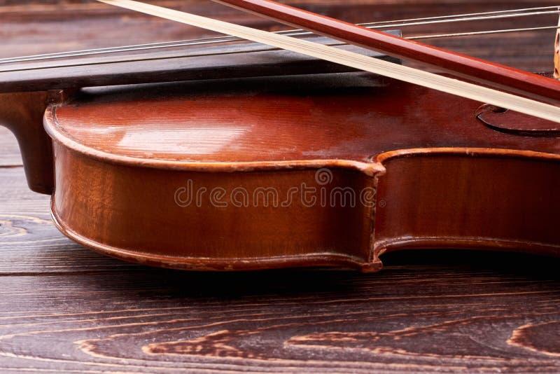 Detalle del violín marrón viejo imagen de archivo