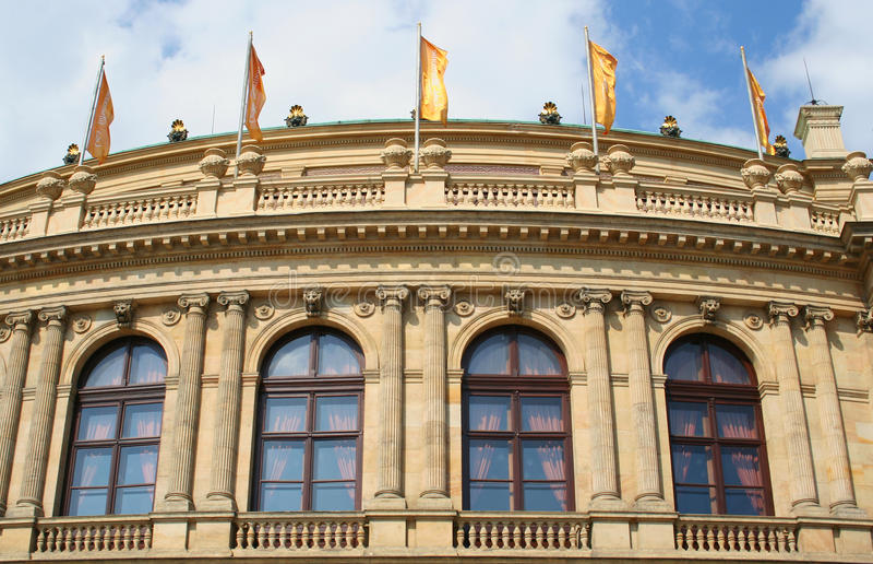 Detalle delantero del sitio del palacio de Rudolfinum en República Checa fotografía de archivo libre de regalías