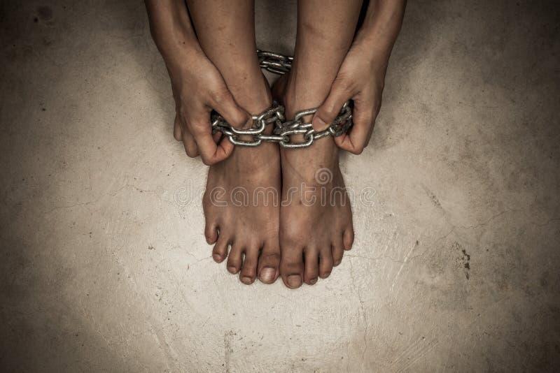 Detalle dramático de los pies encadenados fotografía de archivo