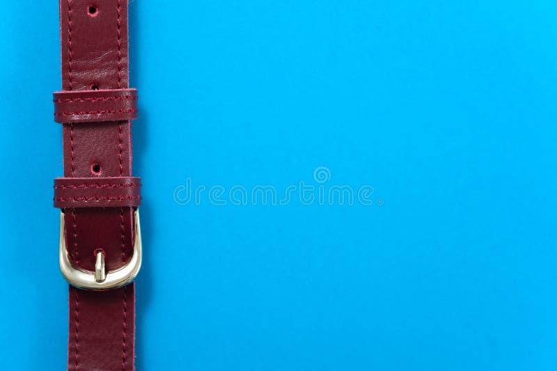 Detalle el bolso de cuero en el fondo azul, primer fotos de archivo