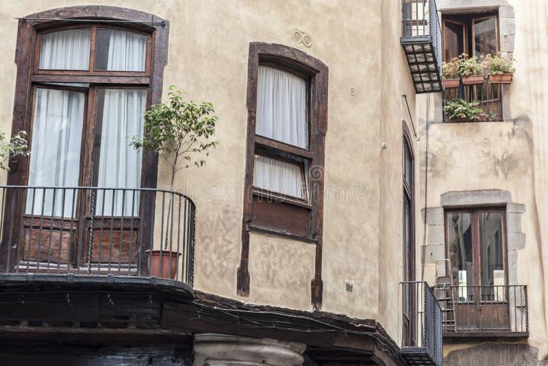 Detalle el edificio antiguo de la fachada en el cuarto llevado EL, Barcelona foto de archivo