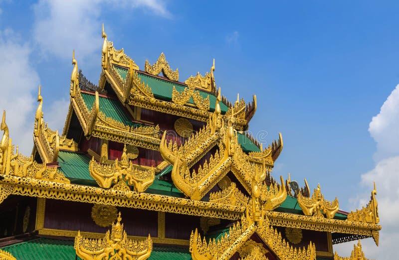 Detalle el tejado de construir estilo burmese tradicional de la arquitectura imagen de archivo
