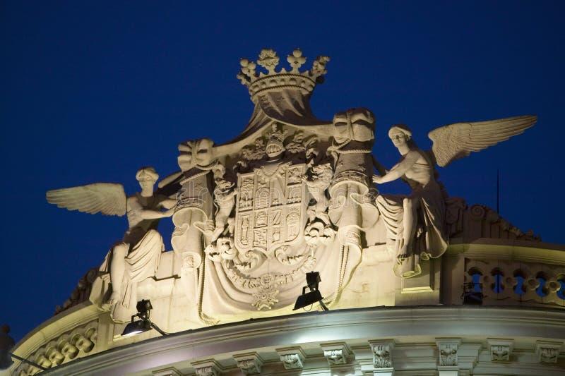 Detalle el tiro del ade del ½ del ¿del faï del edificio en el crepúsculo en Madrid, España foto de archivo