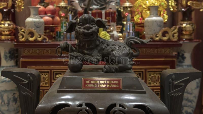 Detalle en el altar a Chu Văn, rector de la academia imperial fotos de archivo