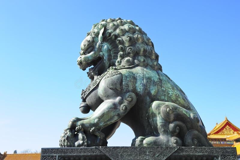 Detalle en la ciudad prohibida (China): león de bronce fotos de archivo