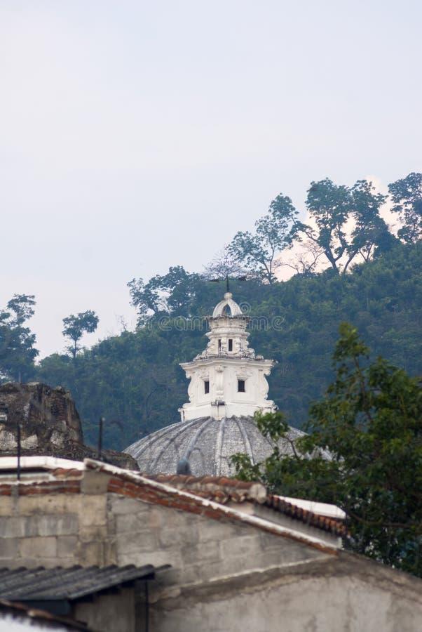 Detalle exterior de la casa en estilo colonial del La Antigua Guatemala, de la pared y del cupula en Guatemala, America Central foto de archivo libre de regalías