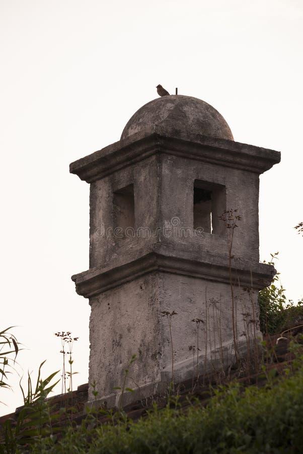 Detalle exterior de la casa en estilo colonial del La Antigua Guatemala, de la pared y del cupula en Guatemala, America Central imágenes de archivo libres de regalías