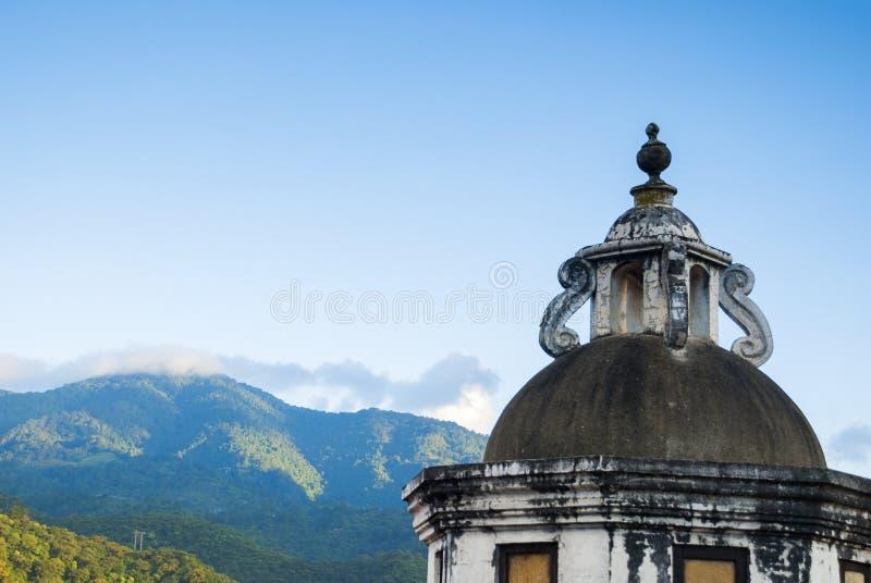 Detalle exterior de la casa en estilo colonial del La Antigua Guatemala, de la pared y del cupula en Guatemala, America Central fotos de archivo