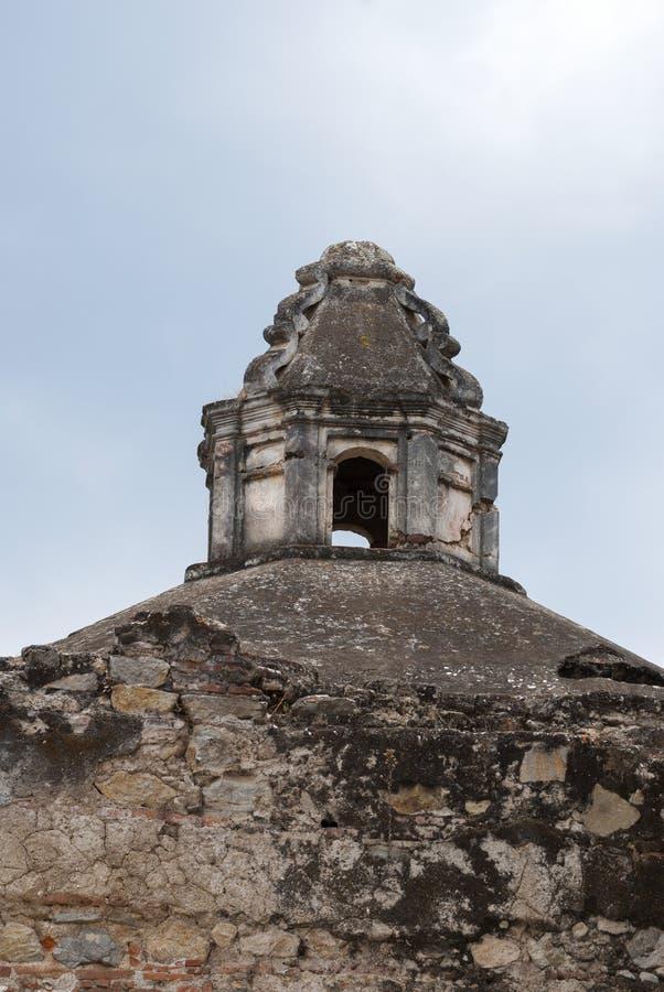 Detalle exterior de la casa en estilo colonial del La Antigua Guatemala, de la pared y del cupula en Guatemala, America Central fotografía de archivo