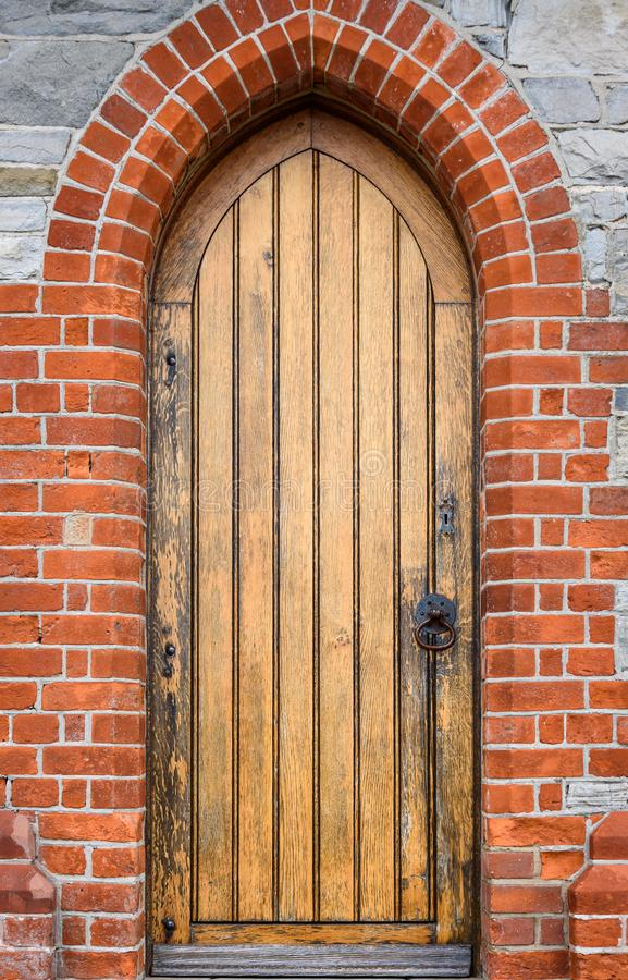 Detalle exterior de la catedral de la iglesia de Cristo, cierre de la piedra y del ladrillo para arriba de la puerta lateral de m imagen de archivo