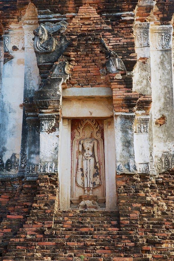 Detalle exterior del stupa en las ruinas del templo antiguo Wat Nakorn Kosa en Lopburi, Tailandia imagen de archivo libre de regalías