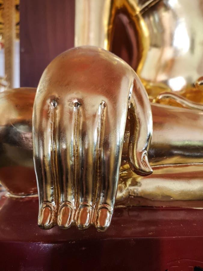 Detalle hermoso de la mano de Buda del oro foto de archivo