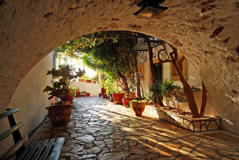 Detalle interesante de un patio dentro del monasterio de la Virgen María en Paleokastritsa imagen de archivo libre de regalías
