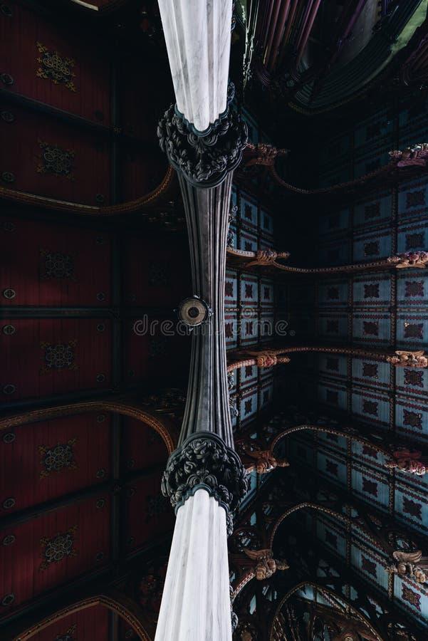 Detalle intrincado del techo del santuario - Abandonada Iglesia Católica San José - Albany, Nueva York foto de archivo libre de regalías