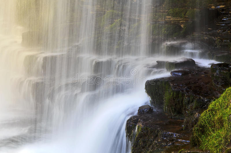 Detalle la cascada del Eira de Sgwd año en el Afon Hepste fotografía de archivo
