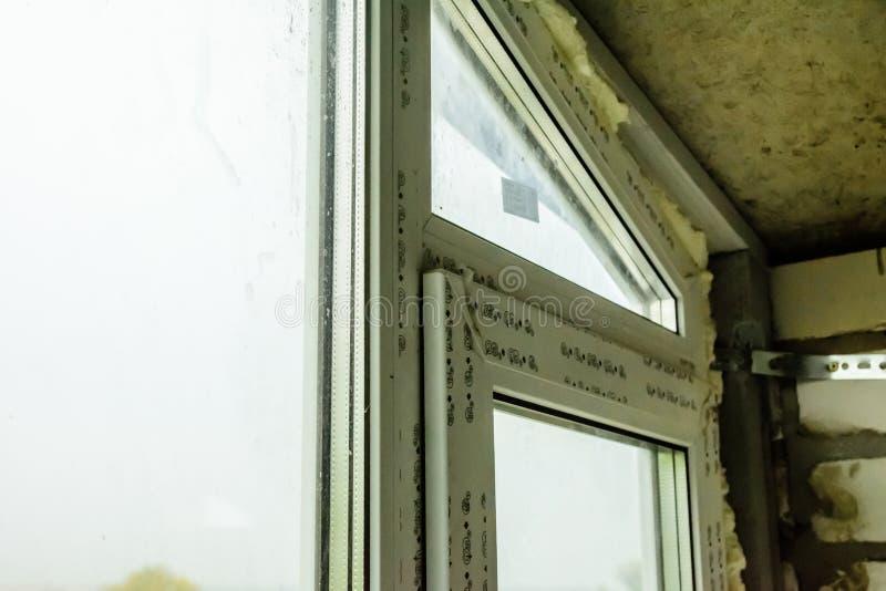 Detalle la foto de la ventana moderna hecha de perfiles del PVC fotos de archivo