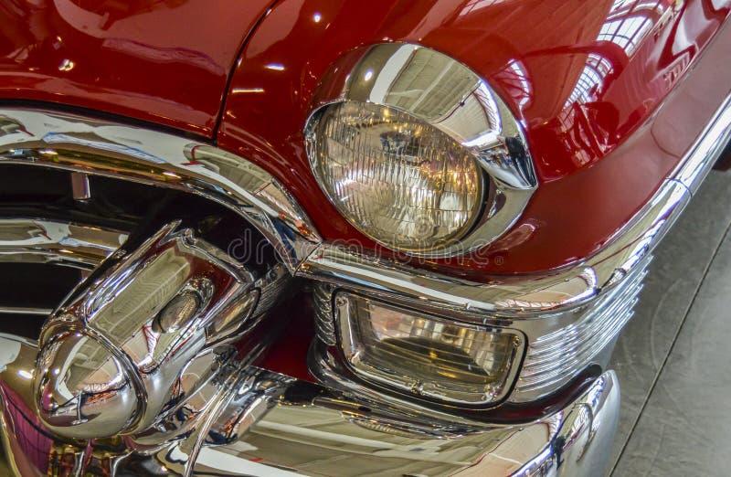 Detalle la vista delantera del coche de lujo clásico rojo imagenes de archivo