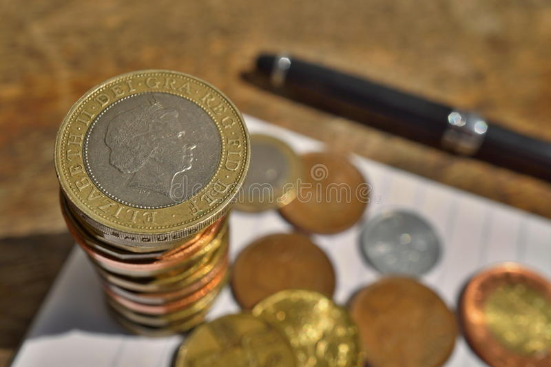 Detalle macro de una moneda de plata y de oro en un valor dos libra esterlina británicos en el top de la pila del ` de las moneda fotos de archivo libres de regalías