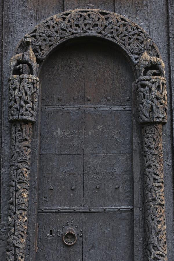 Detalle medieval de la puerta de la iglesia del bastón de Lom Turismo de Noruega foto de archivo