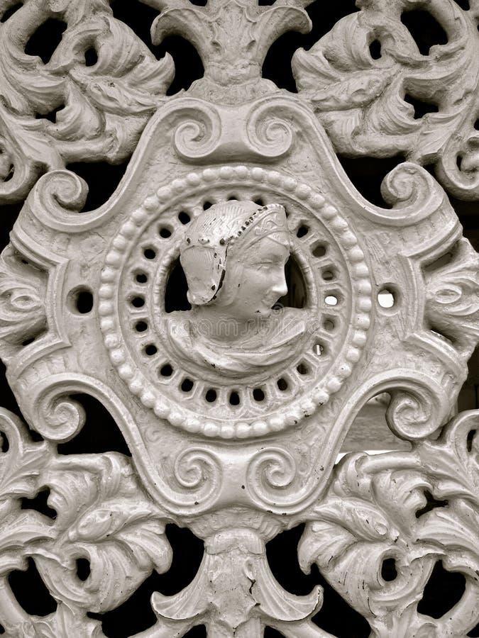 Detalle medieval del hierro de la puerta francesa foto de archivo