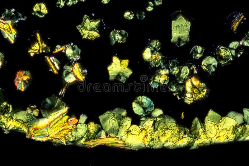 Detalle microscópico de los microcrystals de la auramina O imágenes de archivo libres de regalías
