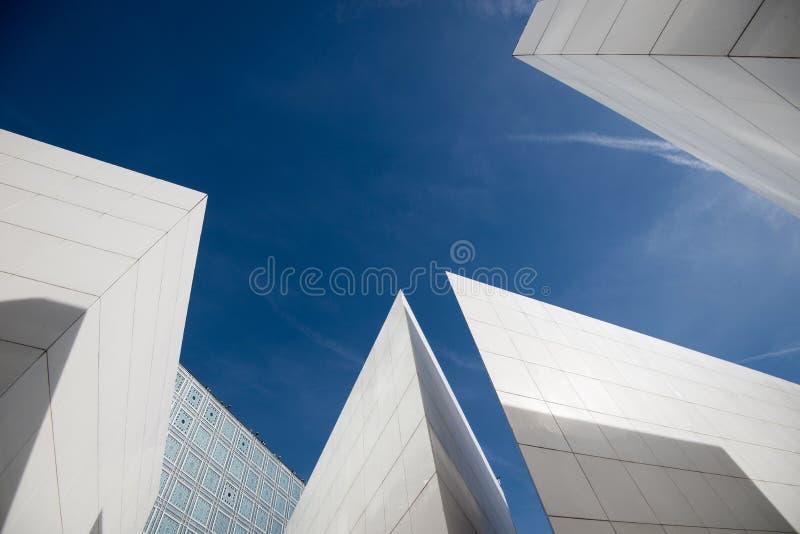 Detalle moderno abstracto de la arquitectura de un edificio blanco con el cielo fotos de archivo