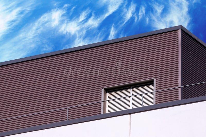 Detalle moderno abstracto del edificio y cielo nublado imagenes de archivo
