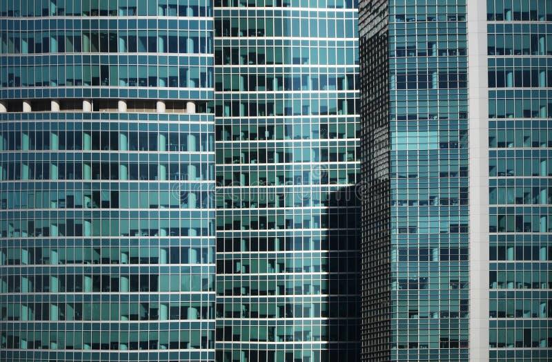 Detalle moderno de la fachada de la ventana de cristal del edificio de oficinas imagen de archivo