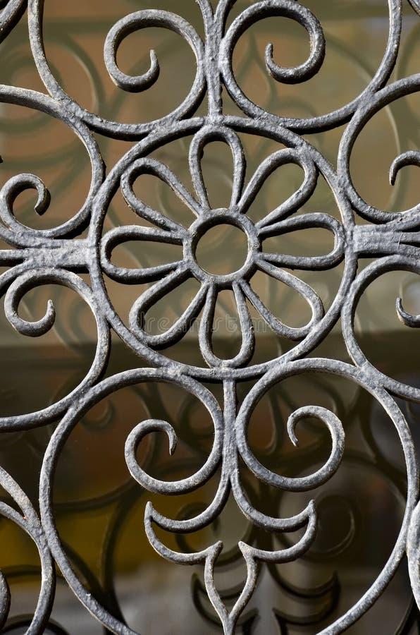 Detalle oxidado envejecido decorativo forjado soldado con autógena de la puerta de la cerca de la parrilla de la rejilla del meta imagen de archivo libre de regalías