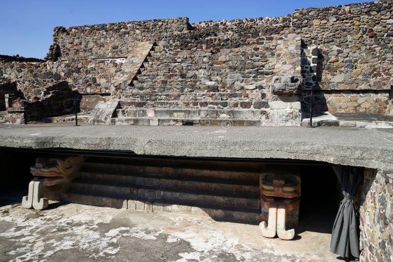 Detalle restaurado de la escalera de una de las pirámides más pequeñas en el complejo arqueológico de Teotihuacan méxico foto de archivo libre de regalías