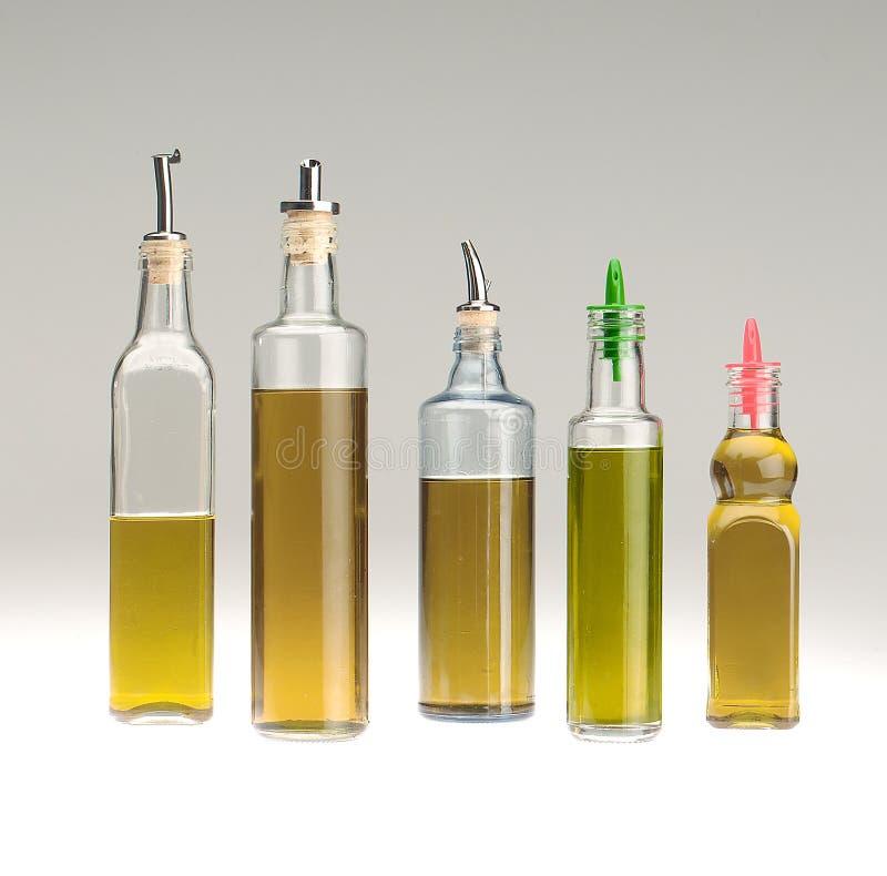 Detalle tirado de varias botellas de aceite de cristal fotografía de archivo