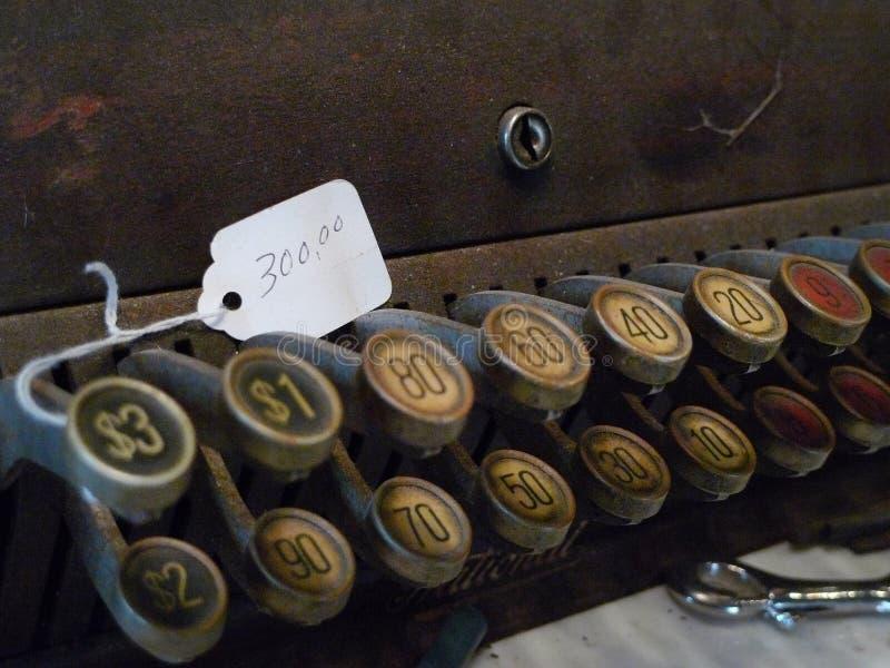Detalle y precio antiguos de la caja registradora foto de archivo