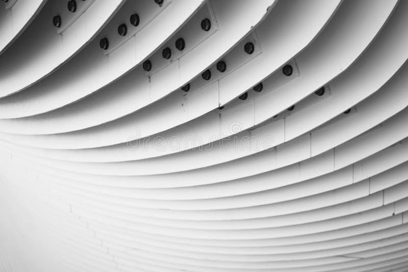 Detalles abstractos de las escaleras curvadas del metal Fotograf?a blanco y negro fotografía de archivo libre de regalías