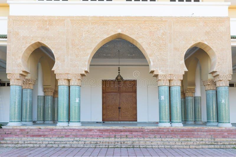 Detalles arquitectónicos tradicionales y típicos marroquíes Mezquita en Kenitra, Marruecos, África fotos de archivo