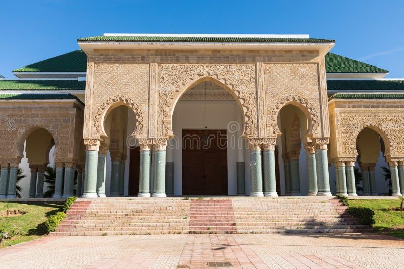 Detalles arquitectónicos tradicionales y típicos marroquíes Mezquita en Kenitra, Marruecos, África foto de archivo