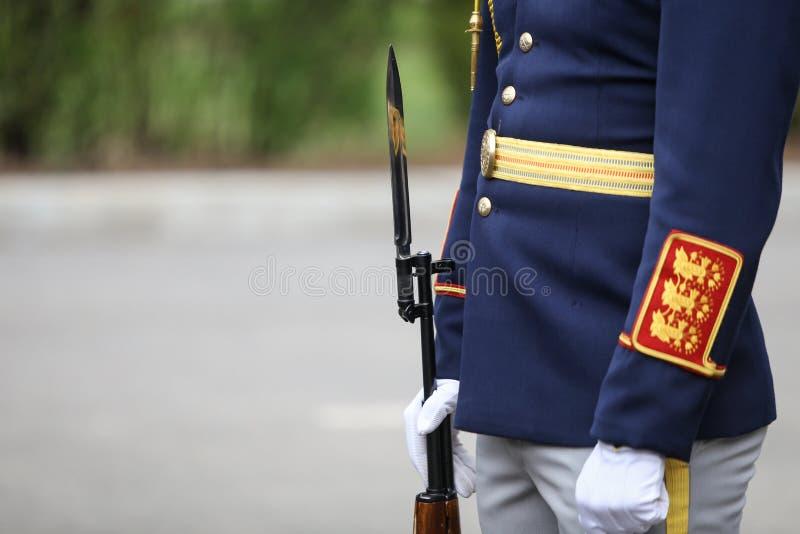 Detalles con el uniforme y el arma con la bayoneta de un soldado rumano de la brigada de los guardias fotografía de archivo