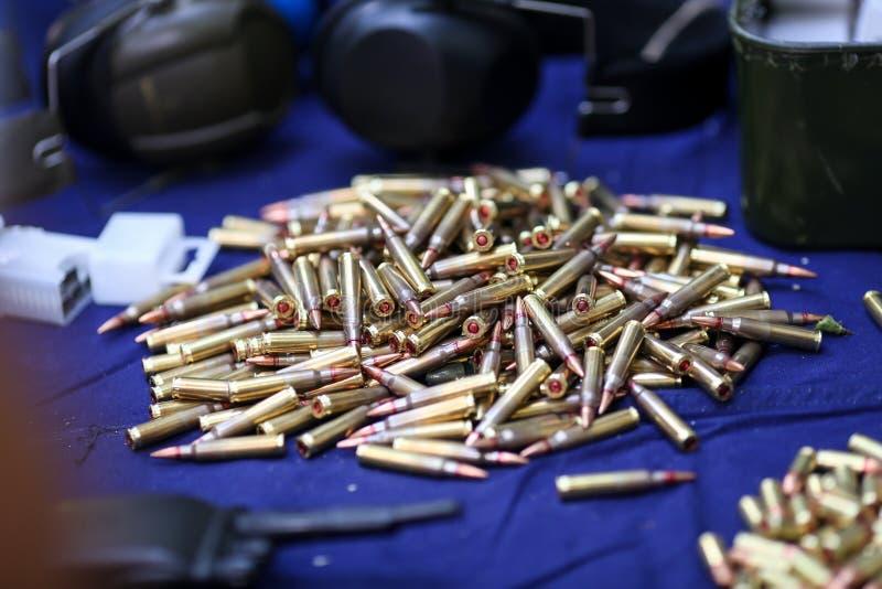 Detalles con 5 Munición de 56 OTAN en una tabla en una radio de tiro fotografía de archivo